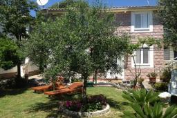 Фасад дома. Черногория, Булярица : 2-х этажный дом с 2-мя спальнями,  с 2-мя ванными комнатами, с зеленым садом, Wi-Fi, на территории мангал для шашлыка.