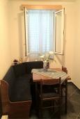 Кухня. Черногория, Булярица : 2-х этажный дом с 2-мя спальнями,  с 2-мя ванными комнатами, с зеленым садом, Wi-Fi, на территории мангал для шашлыка.
