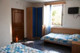 Спальня. Черногория, Булярица : 2-х этажный дом с 2-мя спальнями,  с 2-мя ванными комнатами, с зеленым садом, Wi-Fi, на территории мангал для шашлыка.
