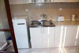 Кухня. Черногория, Герцег-Нови : Большой 3-х этажный дом с 8 отдельными спальнями, с кухней и ванной на каждом этаже, с зеленым садом.