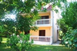 Фасад дома. Черногория, Герцег-Нови : Большой 3-х этажный дом с 8 отдельными спальнями, с кухней и ванной на каждом этаже, с зеленым садом.