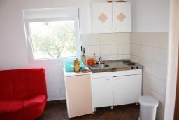 Кухня. Черногория, Радовичи : Апартамент для 5 человек с двумя отдельными спальнями, с террасой и видом на сад