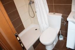 Ванная комната. Черногория, Радовичи : Апартамент для 5 человек с двумя отдельными спальнями, с террасой и видом на сад