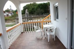 Терраса. Черногория, Радовичи : Апартамент для 5 человек с двумя отдельными спальнями, с террасой и видом на сад