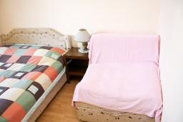 Спальня. Черногория, Петровац : Комната для 2-3 человек, с балконом с видом на море