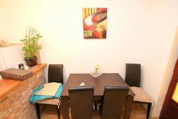 Кухня. Черногория, Петровац : Апартамент для 4-5 человек, 2 отдельные спальни, с террасой с видом на сад
