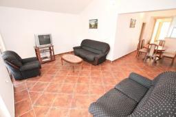 Гостиная. Черногория, Обала Джурашевича : Апартамент для 4-6 человек, с двумя отдельными спальнями, с балконом и шикарным видом на море, возле пляжа