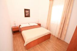 Спальня. Черногория, Обала Джурашевича : Апартамент для 4-6 человек, с двумя отдельными спальнями, с балконом и шикарным видом на море, возле пляжа