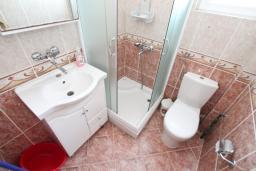 Ванная комната. Черногория, Обала Джурашевича : Апартамент для 4-6 человек, с двумя отдельными спальнями, с балконом и шикарным видом на море, возле пляжа