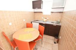 Кухня. Черногория, Петровац : Апартамент с отдельной спальней, с балконом с видом на море