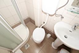 Ванная комната. Черногория, Петровац : Апартамент с отдельной спальней, с балконом с видом на море
