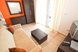 Гостиная. Черногория, Петровац : Апартамент с отдельной спальней, с балконом с видом на море