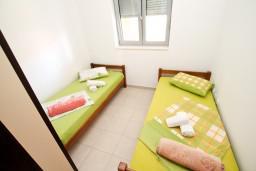 Спальня. Черногория, Петровац : Современный апартамент для 4-6 человек, 2 спальни, с балконом