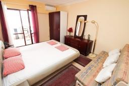 Спальня. Черногория, Герцег-Нови : Апартамент на 10 человек, с 4-мя отдельными спальнями, с террасой выходящей на бассейн