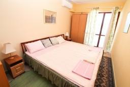Спальня 2. Черногория, Герцег-Нови : Апартамент на 10 человек, с 4-мя отдельными спальнями, с террасой выходящей на бассейн