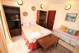 Спальня 4. Черногория, Герцег-Нови : Апартамент на 10 человек, с 4-мя отдельными спальнями, с террасой выходящей на бассейн