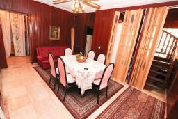 Гостиная. Черногория, Герцег-Нови : Апартамент на 10 человек, с 4-мя отдельными спальнями, с террасой выходящей на бассейн
