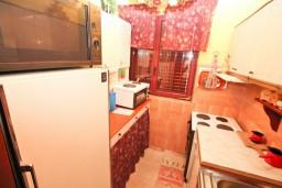 Кухня. Черногория, Герцег-Нови : Апартамент на 10 человек, с 4-мя отдельными спальнями, с террасой выходящей на бассейн