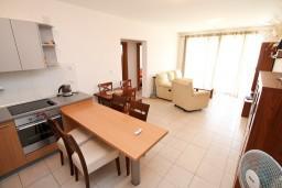 Гостиная. Черногория, Петровац : Современный апартамент для 6-7 человек, 3 спальни, с балконом с видом на море