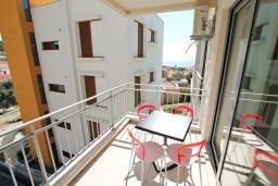 Балкон. Черногория, Петровац : Современный апартамент с отдельной спальней, с балконом с видом на море