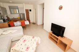 Гостиная. Черногория, Петровац : Современный апартамент с отдельной спальней