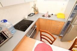 Кухня. Черногория, Петровац : Современный апартамент с отдельной спальней