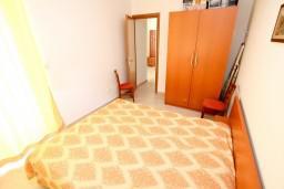 Спальня. Черногория, Петровац : Современный апартамент с отдельной спальней