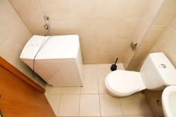 Ванная комната. Черногория, Петровац : Современный апартамент с отдельной спальней