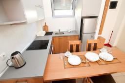 Кухня. Черногория, Петровац : Современный апартамент с отдельной спальней, с балконом с видом на море