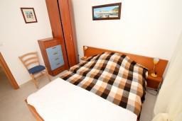 Спальня. Черногория, Петровац : Современный апартамент для 3-5 человек, 2 спальни, с балконом с видом на море