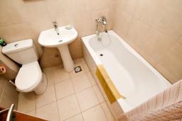 Ванная комната. Черногория, Петровац : Современный апартамент для 3-5 человек, 2 спальни, с балконом с видом на море
