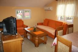 Гостиная. Черногория, Радовичи : Апартамент для 6 человек с двумя отдельными спальнями, с балконом и видом на море
