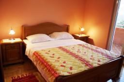 Спальня 2. Черногория, Радовичи : Апартамент для 6 человек с двумя отдельными спальнями, с балконом и видом на море