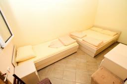 Спальня. Черногория, Петровац : Апартамент в Петроваце с отдельной спальней в 300 метрах от моря