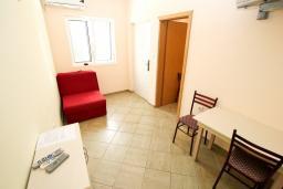 Гостиная. Черногория, Петровац : Апартамент в Петроваце с отдельной спальней в 300 метрах от моря