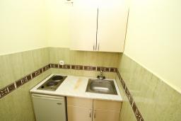 Кухня. Черногория, Петровац : Апартамент в Петроваце с отдельной спальней в 300 метрах от моря