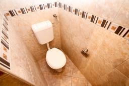 Ванная комната. Черногория, Петровац : Апартамент в Петроваце с отдельной спальней в 300 метрах от моря