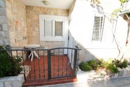 Балкон 2. Черногория, Петровац : Апартамент в Петроваце с отдельной спальней в 300 метрах от моря