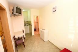 Гостиная. Черногория, Петровац : Апартамент с отдельной спальней в 300 метрах от моря