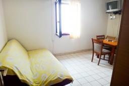 Гостиная. Черногория, Петровац : Апартамент с отдельной спальней, на самом берегу моря