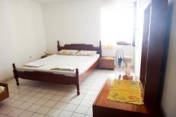 Спальня. Черногория, Петровац : Апартамент с отдельной спальней, на самом берегу моря