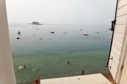 Вид на море. Черногория, Петровац : Апартамент с отдельной спальней, на самом берегу моря