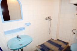 Ванная комната. Черногория, Петровац : Апартамент с отдельной спальней, на самом берегу моря