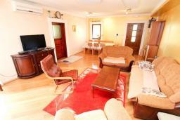 Гостиная. Черногория, Святой Стефан : Апартамент для 2-4 человек, с отдельной спальней, с террасой с видом на море