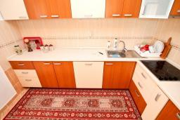 Кухня. Черногория, Святой Стефан : Апартамент для 2-4 человек, с отдельной спальней, с террасой с видом на море
