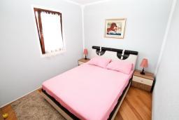 Спальня. Черногория, Святой Стефан : Апартамент для 2-4 человек, с отдельной спальней, с террасой с видом на море