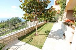 Территория. Черногория, Святой Стефан : Апартамент для 2-4 человек, с отдельной спальней, с террасой с видом на море