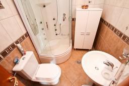 Ванная комната. Черногория, Каменово : Большой апартамент для 4-5 человек, 2 отдельные спальни, с балконом с видом на море