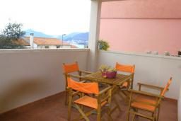 Терраса. Черногория, Каменово : Апартамент с отдельной спальней в 300 метрах от моря