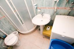 Ванная комната. Черногория, Каменово : Апартамент с отдельной спальней в 300 метрах от моря